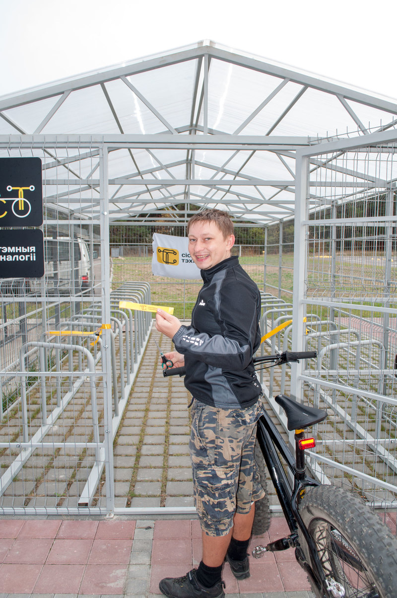 Перерезать ленту новой велопарковки доверили идейному вдохновителю велодвижения СТ.