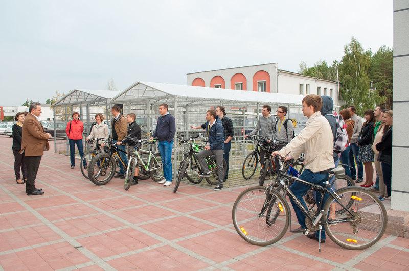 Момент открытия новой велопарковки оказался поистине торжественным: с приветственной речью и перерезанием ленты.